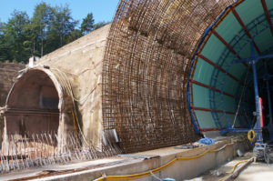 Tunnelbaustelle mit Gitter fr Bewehrung von Beton zu Stahlbeton - Baustelle mit Tunneleinfahrten